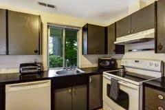 Colores blancos y negros del sitio de la cocina en cambio Fotos de archivo libres de regalías