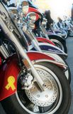Colores brillantes de las motocicletas todo en fila fotografía de archivo