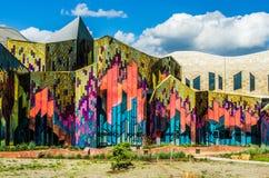 Colores brillantes del arte abstracto en las ventanas de cristal en el abeto de la pradera fotografía de archivo