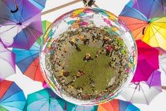 Colores calientes y brillantes de la bola de espejo en el carnaval de la calle Fotos de archivo