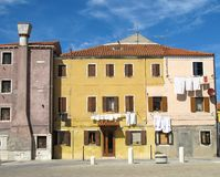 Colores característicos de las casas en la isla de Pellestrina foto de archivo