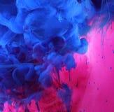 Colores de acrílico en fondo del extracto del agua Imagenes de archivo