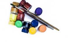Colores de cartel con la brocha aislada en blanco Fotografía de archivo libre de regalías