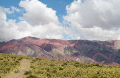 Colores de Cerro de siete, montañas del color rojo Fotos de archivo