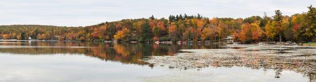 Colores de la caída - panorama de la armonía del lago fotos de archivo