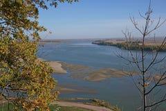 Colores de la caída sobre el río Missouri imagenes de archivo