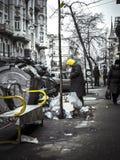 Colores de la descarga y del vagabundo de basura del centro de ciudad imagenes de archivo