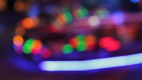 Colores de la noche del parque de atracciones del funfair de las luces del disco de Synthwave del parque de atracciones almacen de metraje de vídeo