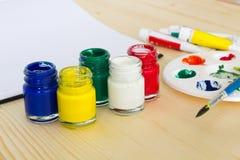 Colores de la pintura en la tabla de madera Imágenes de archivo libres de regalías