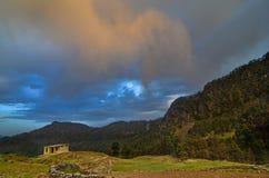 Colores de la puesta del sol en Chopta, Uttarakhand, la India foto de archivo