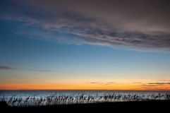 Colores de la puesta del sol en crepúsculo después de la puesta del sol a lo largo de la playa foto de archivo libre de regalías