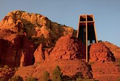 Colores de la puesta del sol en la capilla cristiana icónica Imágenes de archivo libres de regalías
