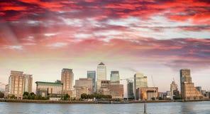 Colores de la puesta del sol sobre el horizonte de Canary Wharf, Londres - Reino Unido foto de archivo