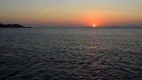 Colores de la puesta del sol sobre la salida del sol del mar del océano Imagenes de archivo