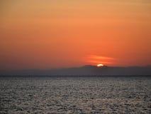 Colores de la puesta del sol sobre la salida del sol del mar del océano Fotos de archivo