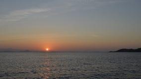 Colores de la puesta del sol sobre la salida del sol del mar del océano Foto de archivo libre de regalías