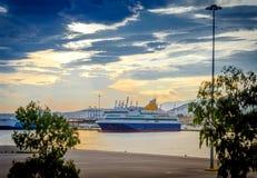 Colores de la puesta del sol sobre un barco de cruceros grande Fotos de archivo libres de regalías