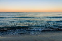 Colores de la salida del sol sobre el mar imágenes de archivo libres de regalías