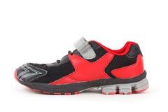 Colores de los zapatos de los deportes, negros y rojos en blanco Imagen de archivo libre de regalías