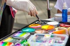 Colores de mezcla en una paleta Fotos de archivo libres de regalías