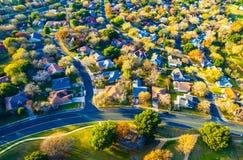 Colores de oro de la caída de la puesta del sol sobre la vecindad casera de los barrios residenciales periféricos de la comunidad Fotografía de archivo libre de regalías