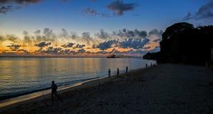 Colores de oro de la puesta del sol en la costa del noroeste de Barbados fotos de archivo