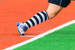 Colores del calcetín del zapato de la esquina del cortocircuito de la muchacha del hockey Fotografía de archivo libre de regalías