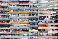 Colores del clavo en tienda de los cosméticos Imagen de archivo