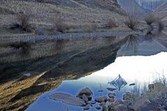 Colores del invierno en el río Imágenes de archivo libres de regalías