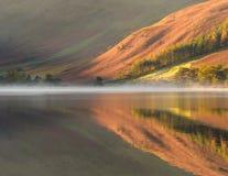 Colores del otoño en la reflexión Fotografía de archivo