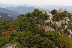Colores del otoño en los picos de Dobongsan Foto de archivo
