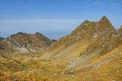 Colores del otoño sobre las crestas de montañas fotografía de archivo libre de regalías
