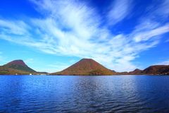 Colores del otoño de la montaña y del lago Fotografía de archivo libre de regalías