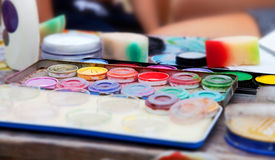 Colores en una caja en una tabla de trabajo fotografía de archivo libre de regalías