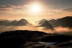 Colores fantásticos de la mañana del otoño Alba soñadora sobre picos de la montaña ahumada con la visión en el valle brumoso Imágenes de archivo libres de regalías