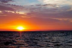 Colores hermosos de la puesta del sol sobre la superficie del agua foto de archivo