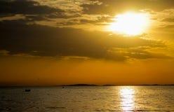 Colores hermosos de la puesta del sol sobre la superficie del agua imagenes de archivo