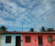 Colores hermosos del cielo y de las casas Foto de archivo libre de regalías