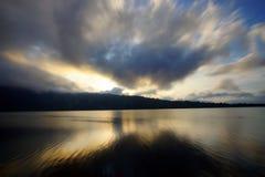 Colores hermosos del cielo y el fondo de la opinión del lago Cielo en la salida del sol Fondo colorido del cielo Copie el espacio fotos de archivo