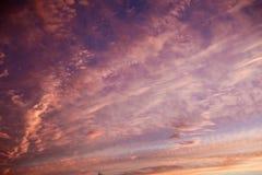 Colores púrpuras y rosados en cielo de la puesta del sol Imágenes de archivo libres de regalías
