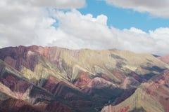 Colores rayados rojos de Cerro de siete de las montañas en la Argentina Imagen de archivo libre de regalías