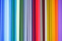 Colores repetidos Tela colorida en la exhibición en el mercado Imagen de archivo