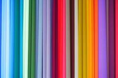 Colores repetidos Tela colorida en la exhibición en el mercado Fotos de archivo