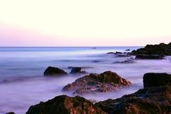 Colores rosados de la puesta del sol en la costa costa rocosa de Maine Fotografía de archivo