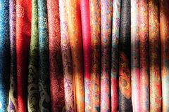 Colores tibetanos de la materia textil imagenes de archivo