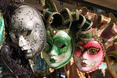 Colores venecianos de las máscaras grises, verdes y rosados Fotografía de archivo