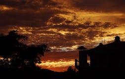 Colores vibrantes de la nube de la puesta del sol Himalayan en Himalaya la India imagen de archivo libre de regalías