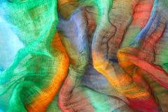 Colores vibrantes en la materia textil Fotos de archivo
