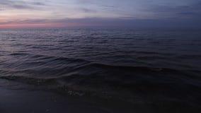 Colores vivos violetas oscuros durante una puesta del sol fría en el mar Báltico en Letonia almacen de video