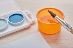 Colores y cepillo de la pintura Fotos de archivo
